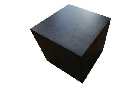 Mörkgrå Qube. Len yta och genomfärgad betongpall hos Danish Form
