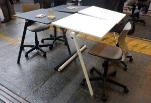 As two dansk elevbord skolbord-delad skiva hjul stapelbar