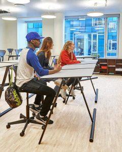 Mobilt dansk skolmöbel. Skolbord og elevbord. Dubbelbord m delbar skiva