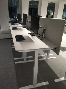 Q20-holmris-dansk-hoj-sankbar-skrivbord-linoleum-yta