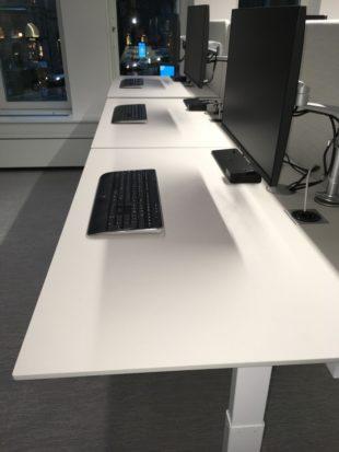 Q20-linoleum-yta-hoj-sankbar-dansk-skrivbord