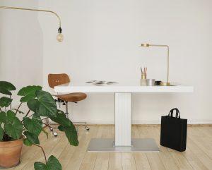 milk-classic-grande-dansk-design-hoj-och-sankbart-skrivbord-vit-gra