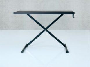 Vasst dansk design skrivbord. MAnuellt höj- och sänkbart med vev.